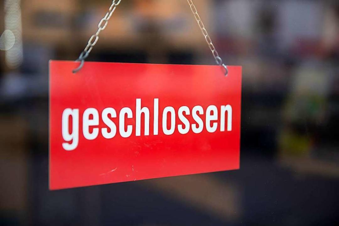 Restaurants, Theater und Geschäfte &#8...ensmittelhandel – bleiben dicht.  | Foto: Daniel Karmann (dpa)