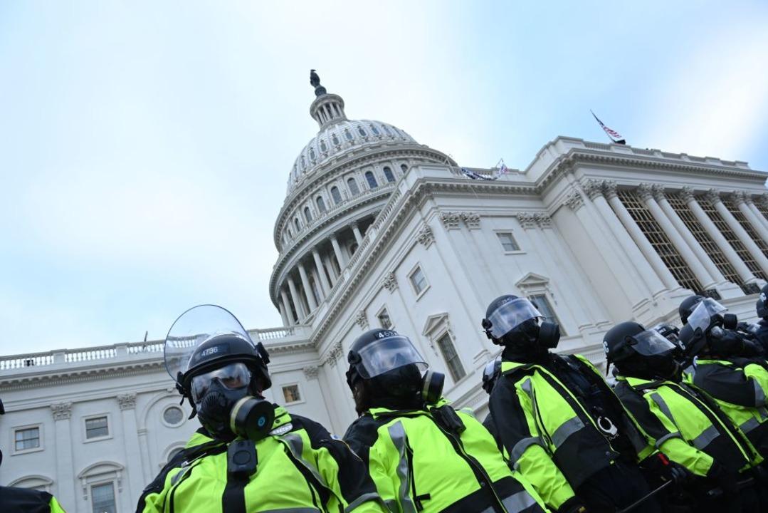 Bewaffnete Polizisten schützen das Kongressgebäude.    Foto: BRENDAN SMIALOWSKI (AFP)