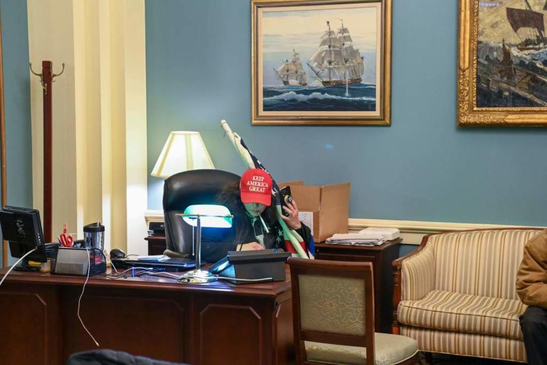 Ein Trump-Anhänger dort, wie er nicht ...ört – in einem Abgeordnetenbüro.    Foto: SAUL LOEB (AFP)