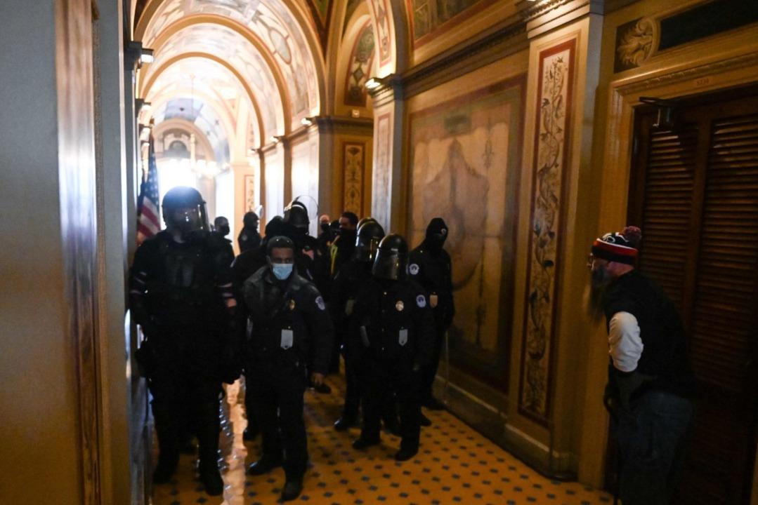 Chaotische Szenen im Kapitol.  | Foto: ROBERTO SCHMIDT (AFP)