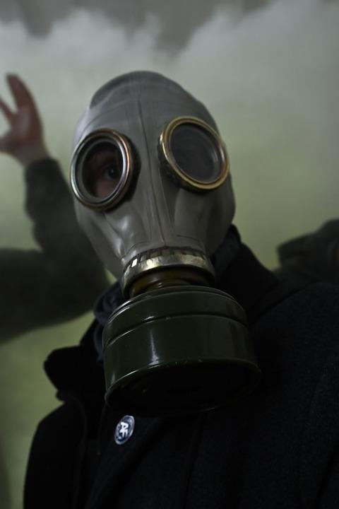 Trump-Anhänger mit Gasmaske.    Foto: BRENDAN SMIALOWSKI (AFP)