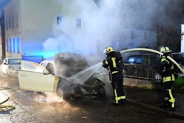 In der Altfelixstraße ist in der Nacht auf Donnerstag ein Auto ausgebrannt