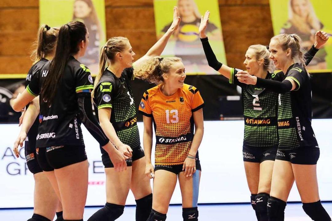 Als Libera auf dem Feld  im andersfarb...sar und ihre Aachener Teamkolleginnen.  | Foto: Andreas Steindl