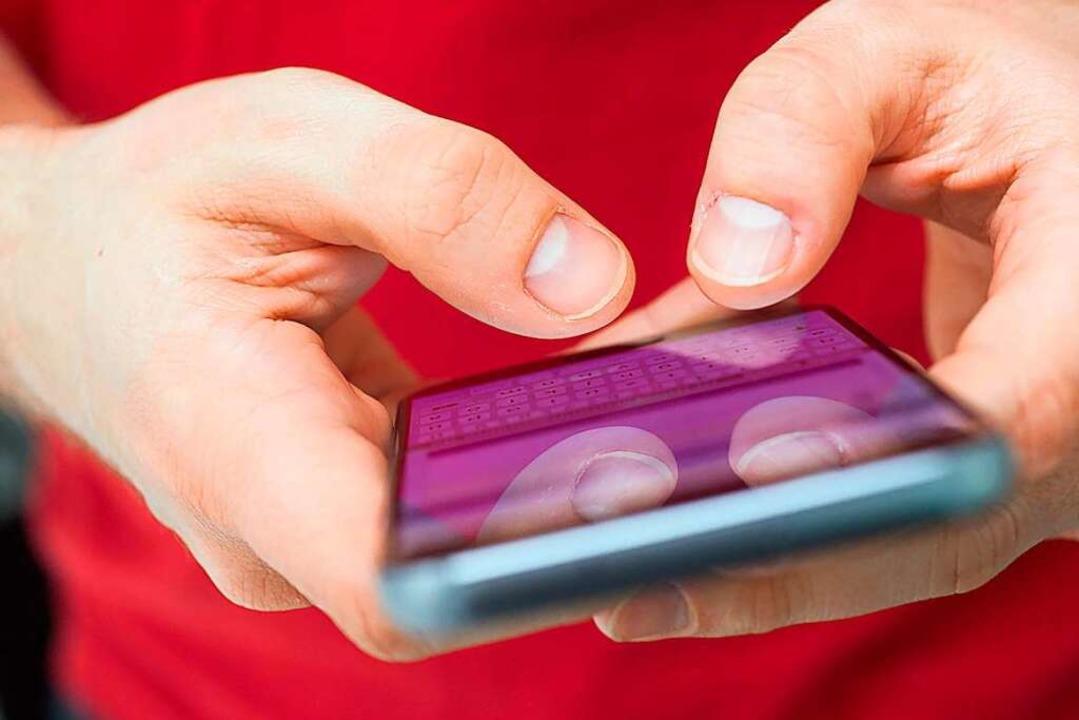 Die intensive Kommunikation über die a...efriedigt  das Bedürfnis nach Kontakt.  | Foto: Andrea Warnecke (dpa)
