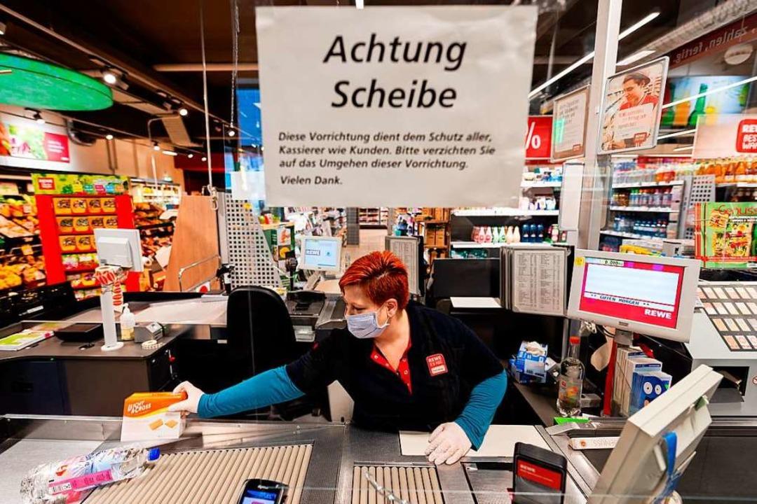Lebensmittelgeschäfte sind verpflichte...n den Kassen (Symbolbild aus Dresden).  | Foto: Robert Michael