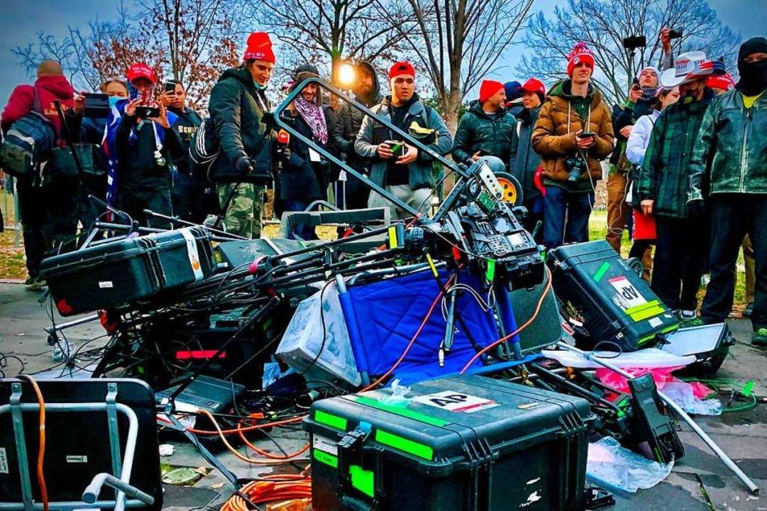 Equipment von Journalistinnen und Jour...h beim Sturm auf das Kapitol zerstört.  | Foto: AGNES BUN (AFP)