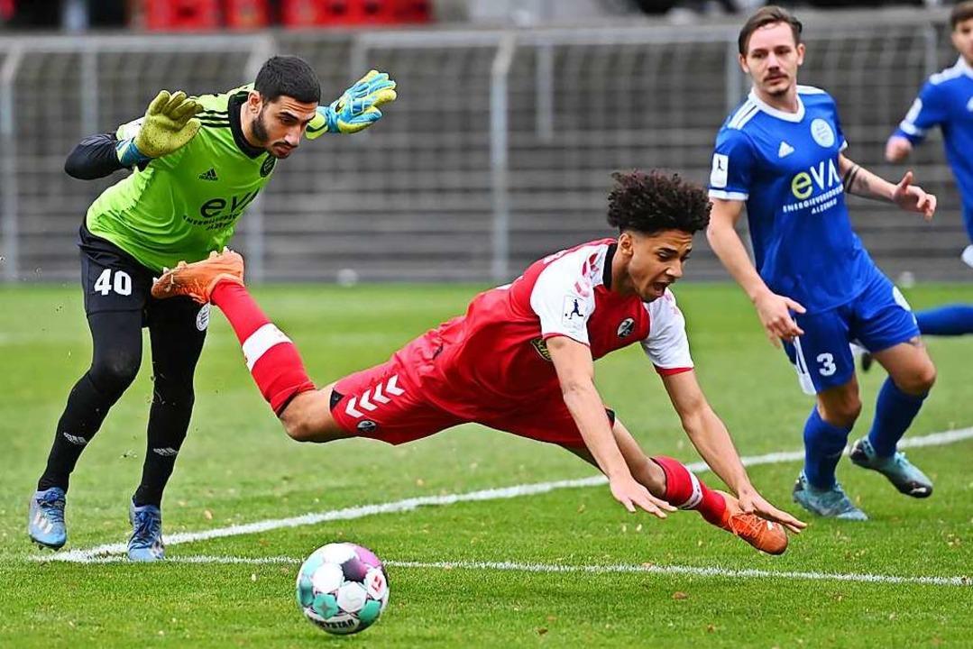 Das tut weh: Kevin Schade, der hier ge...ere Wochen für den SC Freiburg II aus.  | Foto: Achim Keller