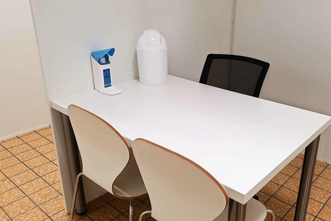 Ein kleiner Tisch, Desinfektionsspray ...211; hier wird aufgeklärt und geimpft.  | Foto: Theresa Steudel