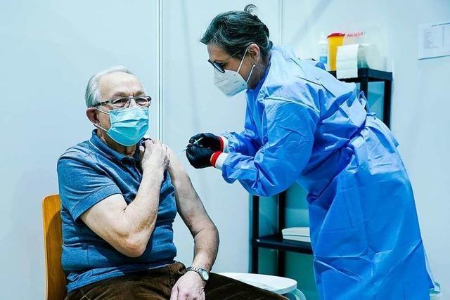 Älteren Menschen muss beim Weg ins Impfzentrum geholfen werden