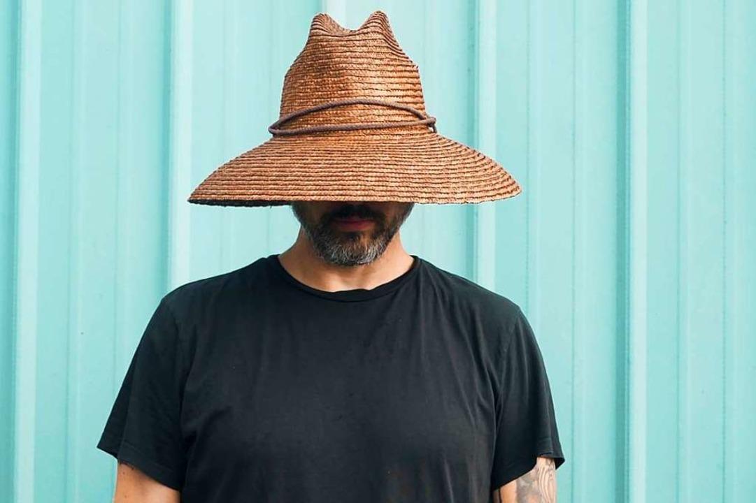 Der US-Sänger Brookln Dekker ist noch ...rägt er gerne den Hut tief im Gesicht.  | Foto: Roger D. Parsons