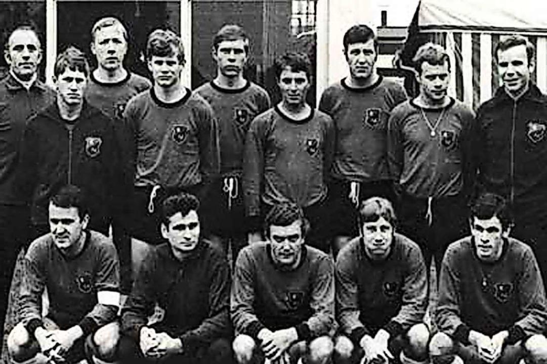 Um 1970: der FV Lörrach mit Rolf Sutte...zfeld (rechts) und Werner Mock (links)  | Foto: Privat