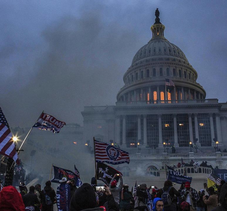 Massen von Trump-Anhängern stürmen das...tand wird ihnen kaum entgegengebracht.  | Foto: Probal Rashid