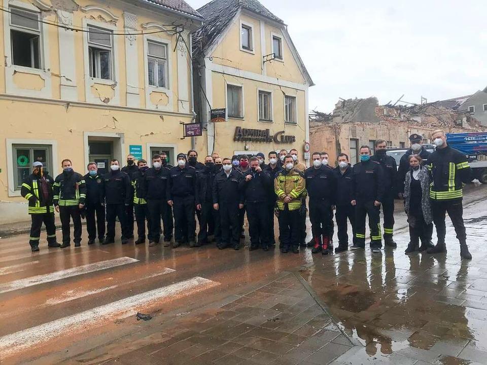 Die Feuerwehrleute des ersten Hilfskonvois in Petrinja vor beschädigten Häusern    Foto: Privat
