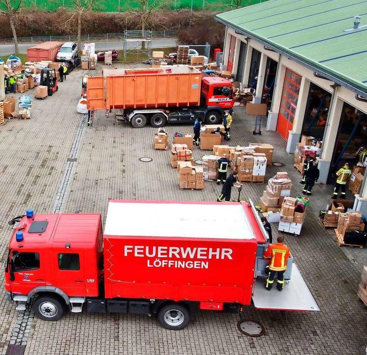 Die Fahrzeuge für den Hilfskonvoi werden in Bad Krozingen beladen.    Foto: Sebastian Schmid