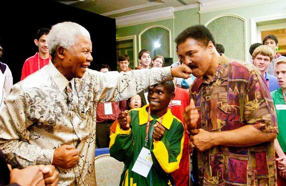 Zwei Jahrhundertgestalten, zwei Freund... Mandela und Mohammad Ali im Jahr 2003    Foto: -