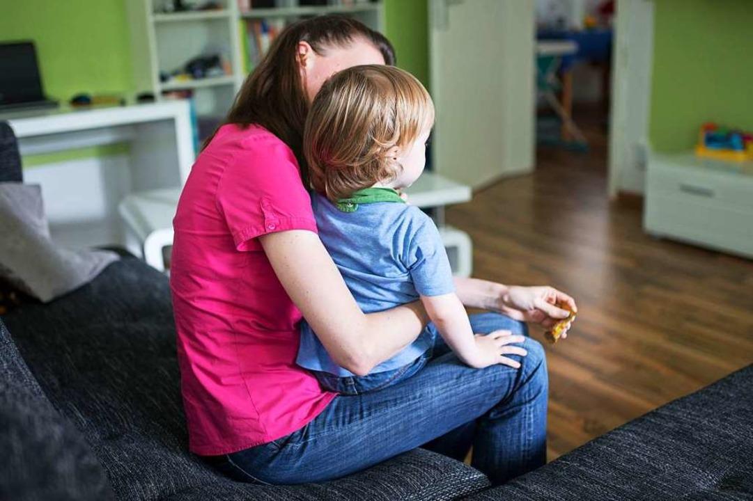 Der Lockdown trifft vor allem Familien und Alleinerziehende mit kleinen Kindern.  | Foto: Marcel Kusch (dpa)