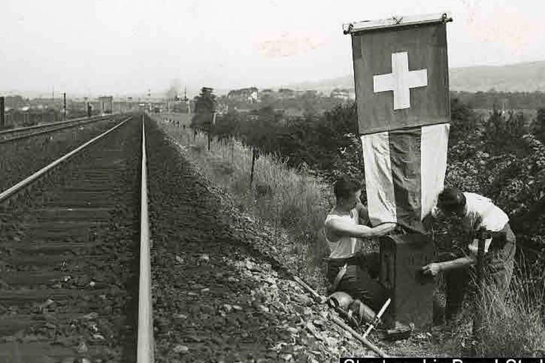 1939 markieren Schweizer Soldaten die ... Fremdenpolizei über die Einwanderung.  | Foto: Walter Höflinger/Staatsarchiv Basel