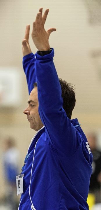In Abwehrhaltung: HSG-Coach Ralf Wiggenhauser   | Foto: Patrick Seeger