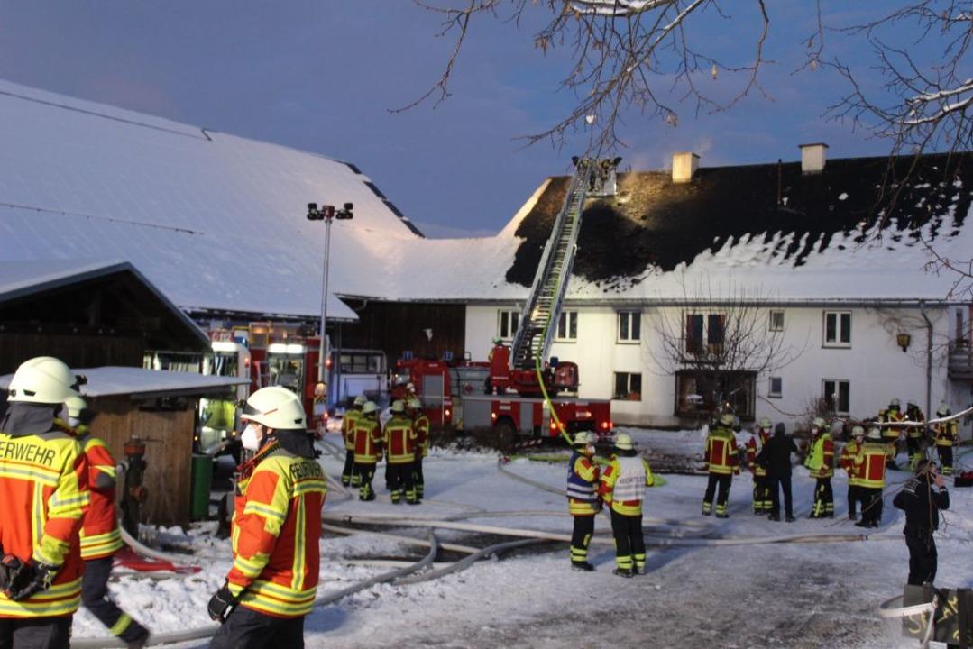 Die Feuerwehr konnte ein Übergreifen auf die Ökonomiegebäude verhindern.  | Foto: Erich Krieger