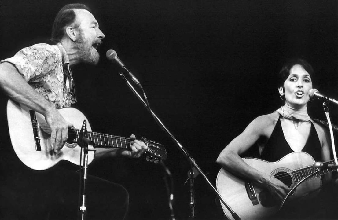 Baez 1976 mit Pete Seeger – 20 J...Konzerte und entflammte für die Musik.  | Foto: UPI