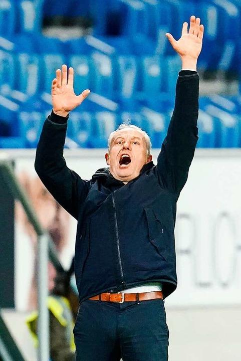 Bei Spielen kann sich SC-Trainer Chris...nab  des Fußballs äußert er sich auch.  | Foto: Uwe Anspach (dpa)