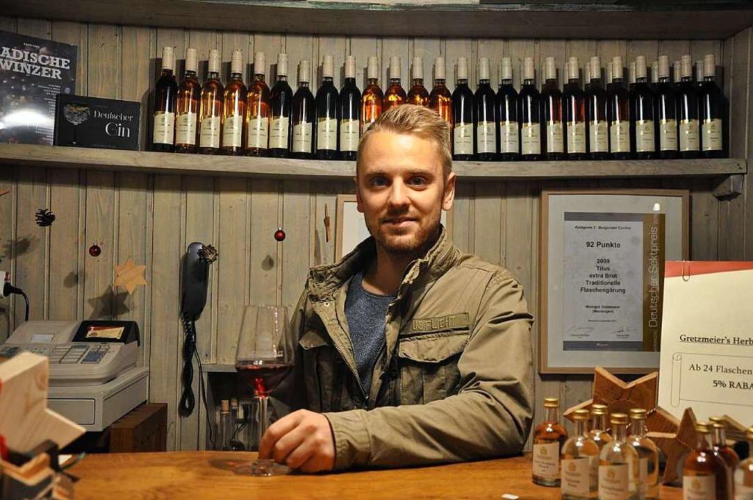 Jakob Gretzmeier im Verkaufsraum und der Probierstube des Weinguts in Merdingen.  | Foto: Klaus Riexinger