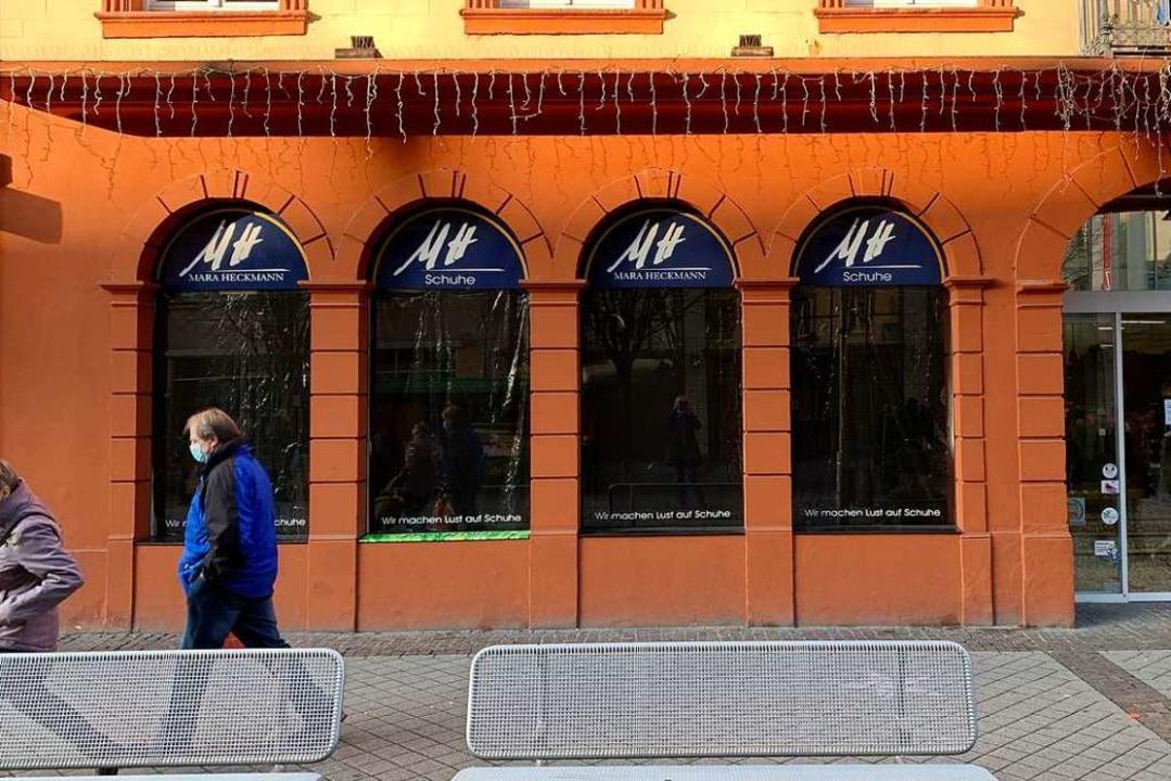 Offenburgs Einzelhändler sehen schwarz...aufenster eines Schuh- und Modehauses.  | Foto: Helmut Seller