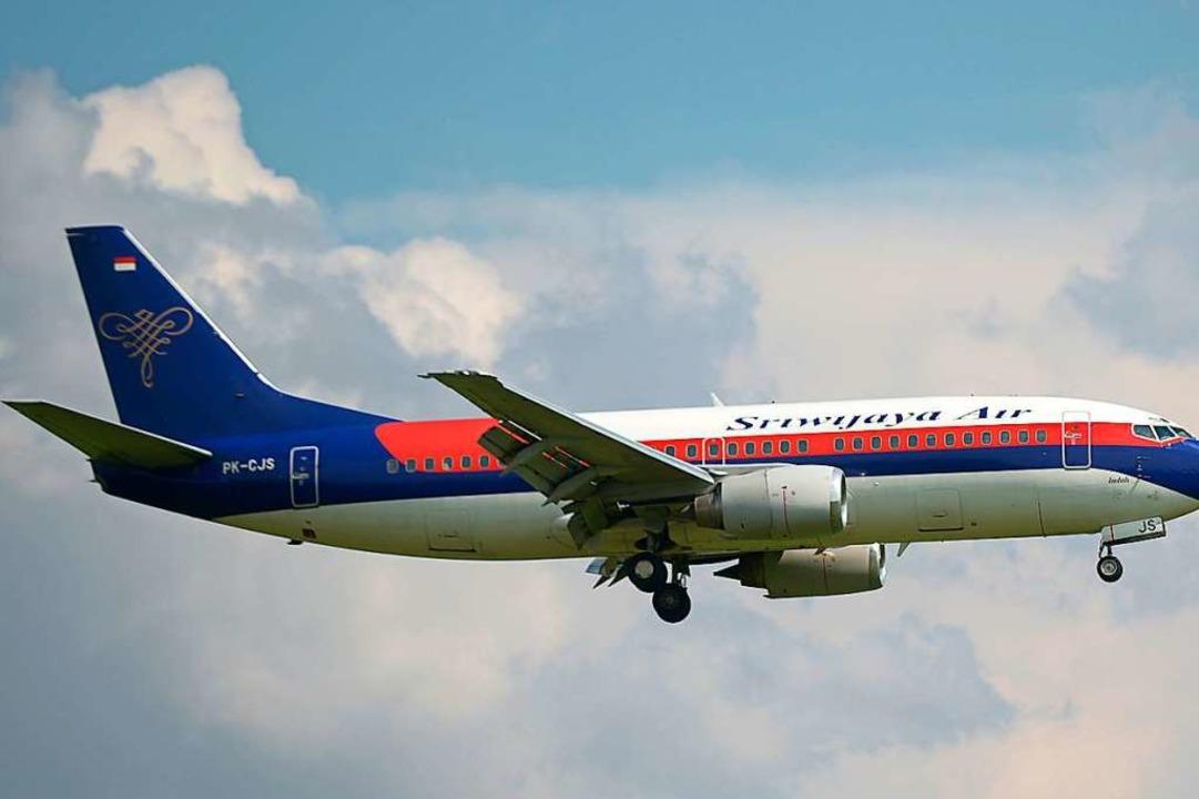 Eine Passagiermaschine mit 62 Passagie...g in Indonesien vermisst (Symbolbild).  | Foto: ADEK BERRY (AFP)