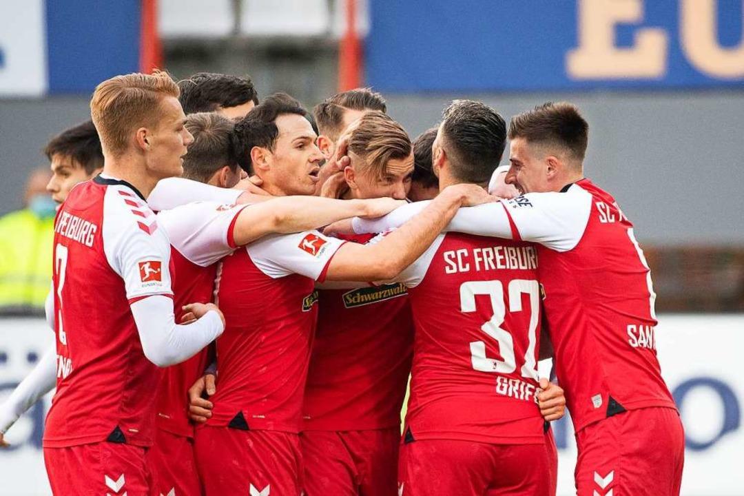 Jubel bei den Freiburgern: Mit 5:0 kon...burg gegen den 1. FC Köln durchsetzen.  | Foto: Sebastian Gollnow (dpa)