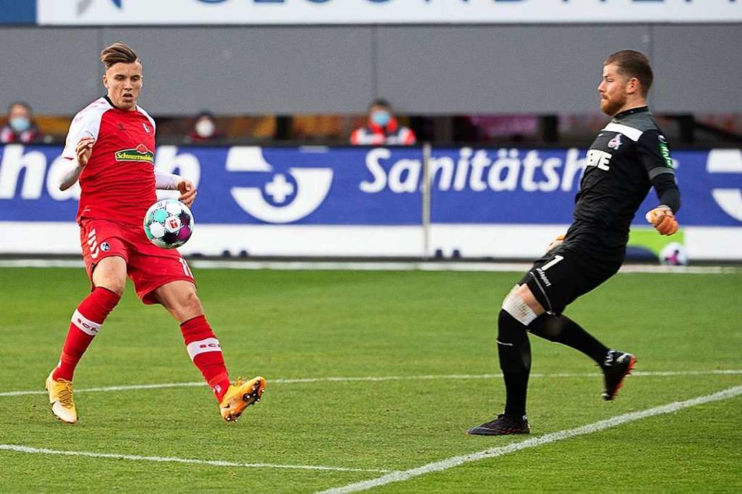 Ermedin Demirovi (links) vom SC Freibu...  beim Spiel gegen den FC Köln heraus.  | Foto: Sebastian Gollnow (dpa)