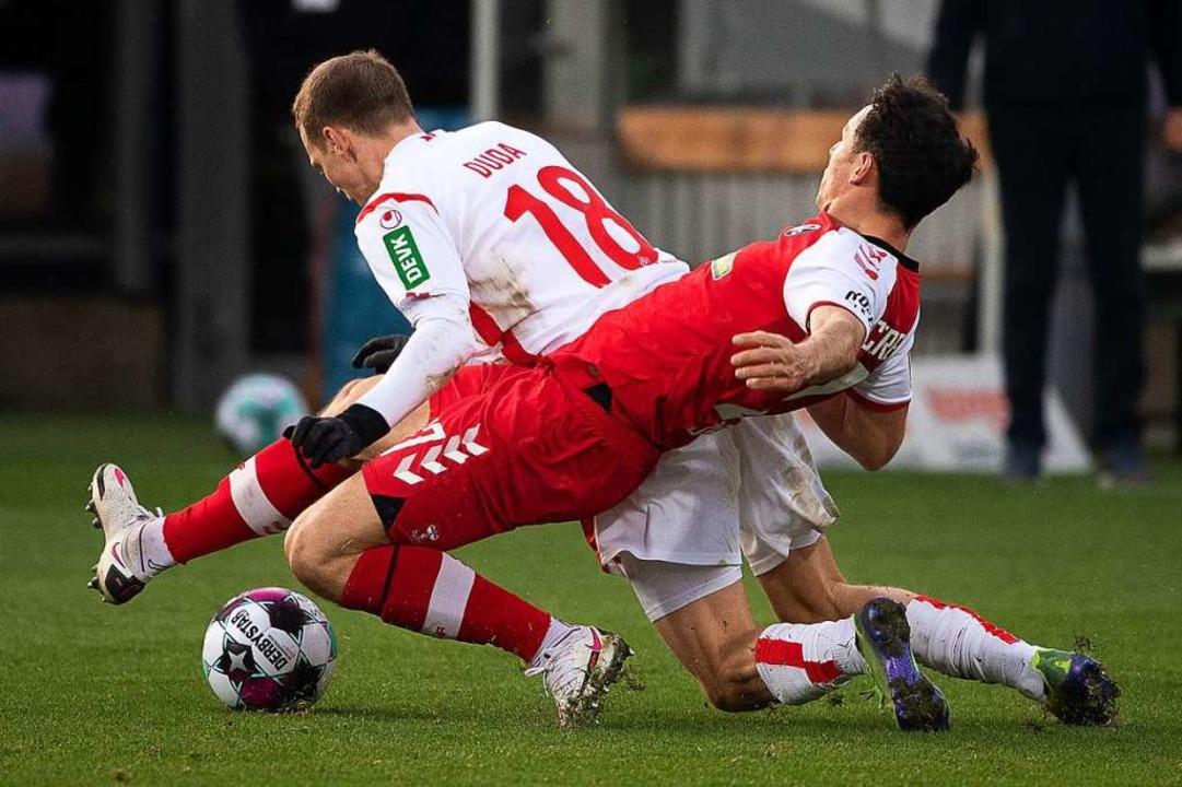 SC-Freiburg-Spieler Nicolas Höfler (vo...tark wie hier gegen Kölns Ondrej Duda.  | Foto: Sebastian Gollnow (dpa)