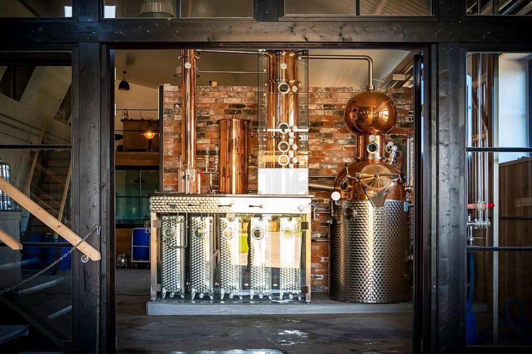 Aus glänzenden Destillen kommt der Inhalt...  | Foto: Harald Bickel (dpa)