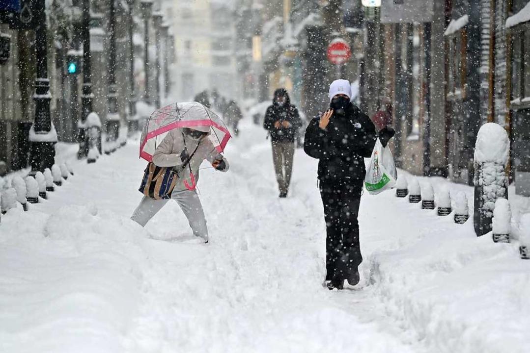 Bewohnerinnen und Bewohner der spanisc... die ungewöhnlich großen Schneemengen.  | Foto: GABRIEL BOUYS (AFP)