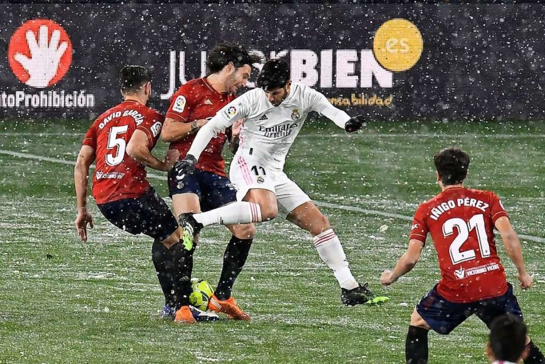 Auch beim Spiel des Fußballvereins Real Madrid in Pamplona fällt Schnee.  | Foto: Alvaro Barrientos (dpa)