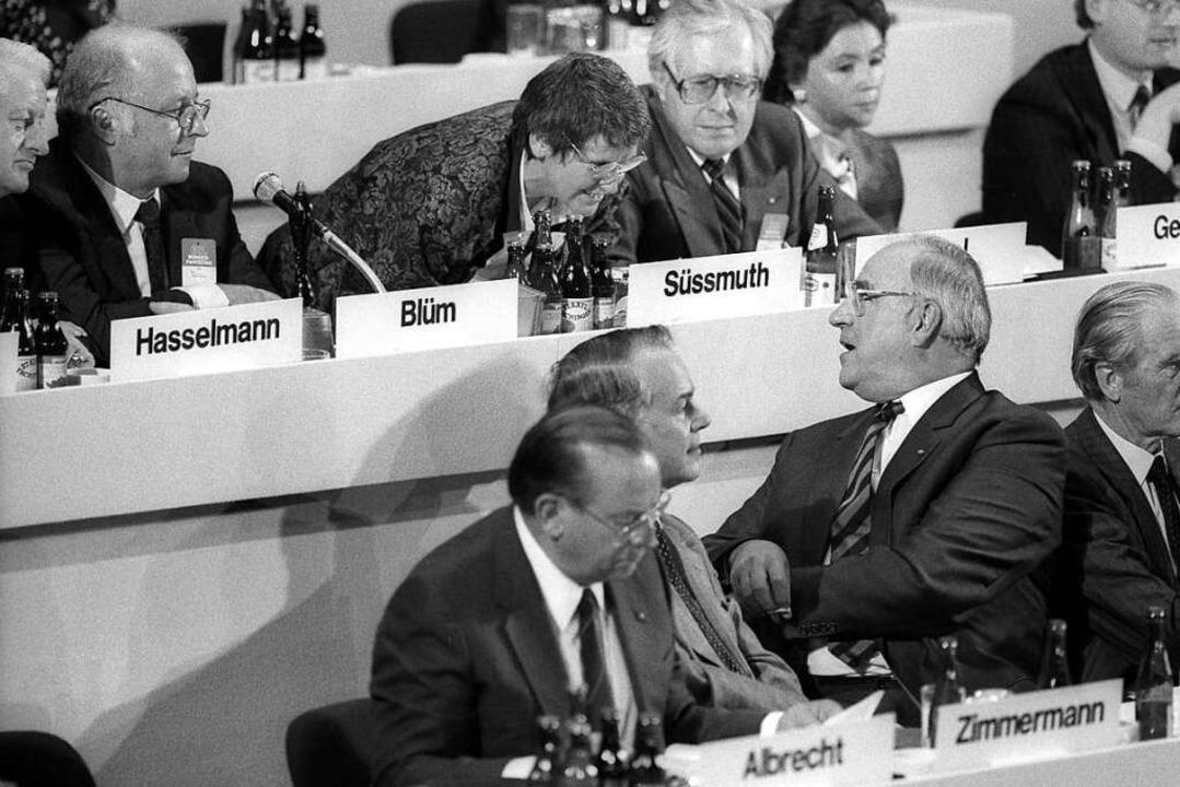 Rita Süssmuth zwischen vielen Anzugträ...d der Bundeskanzler Helmut Kohl aus.    | Foto: bonn-sequenz (imago-images.de)