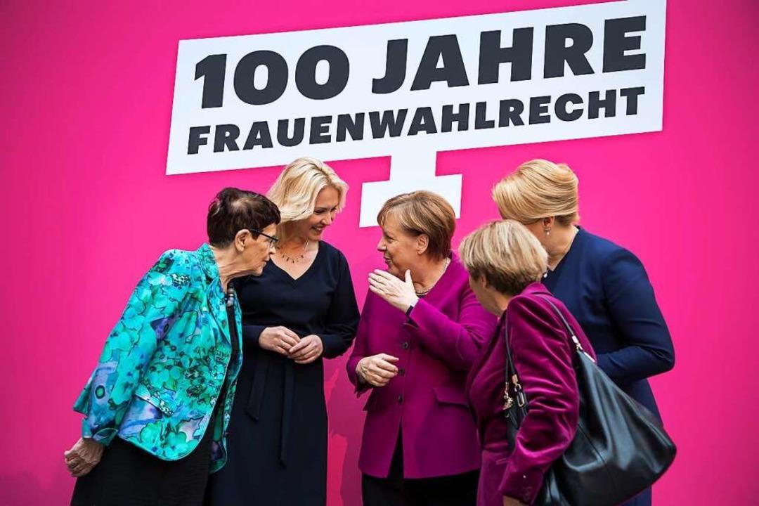 Politikerinnen unter sich: Rita Süssmu...urg-Vorpommern, und  Kanzlerin Merkel.  | Foto: Bernd von Jutrczenka