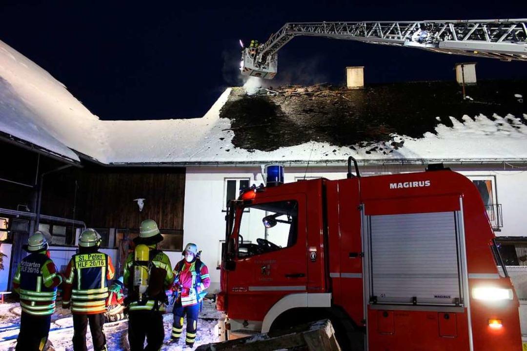 Die Feuerwehr war am Freitag mit einem...en brennenden Dachstuhl des Schafhofs.  | Foto: Erich Krieger