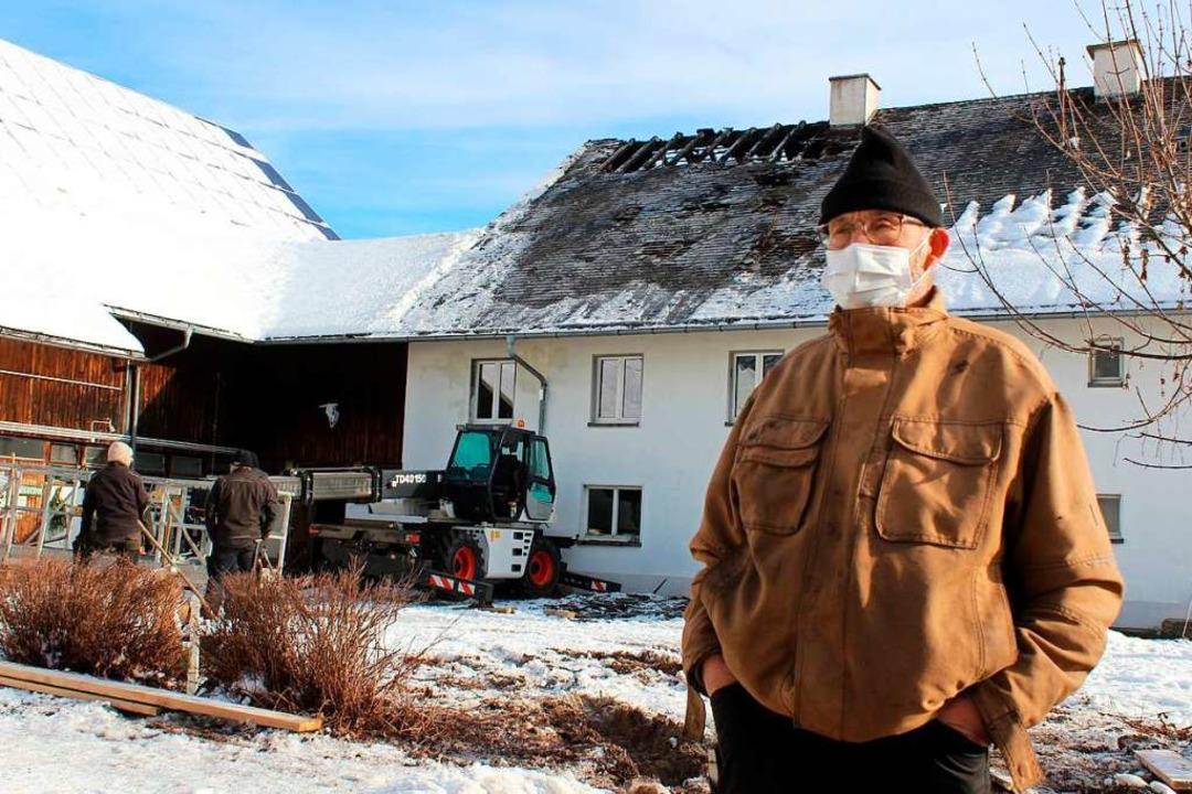 Hofbesitzer Urban Gremmelspacher ist a...nbringen einer Plane auf dem Dach vor.  | Foto: Erich Krieger