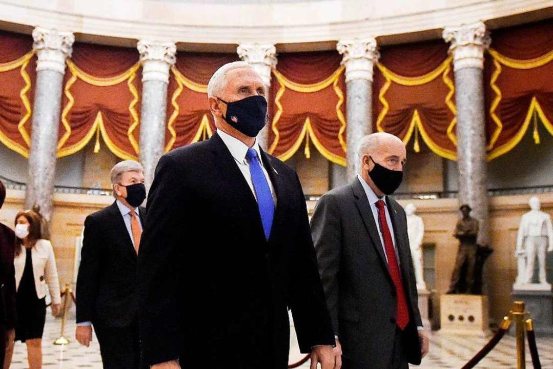 US-Vizepräsident Mike Pence, der lange...dem scheidenden Präsidenten gebrochen.  | Foto: OLIVIER DOULIERY (AFP)