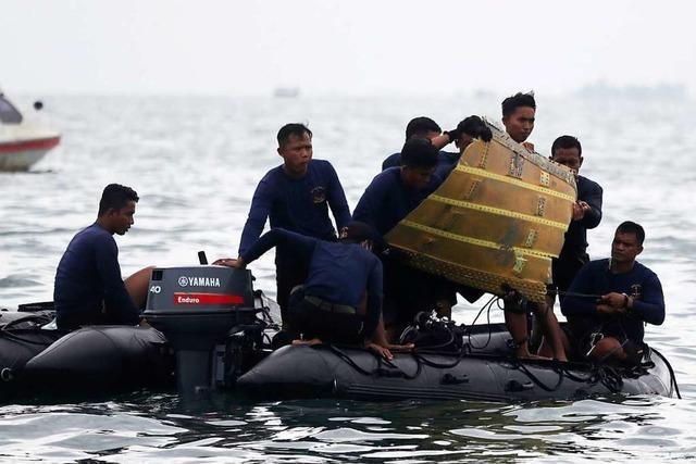 Taucher finden nach Flugzeugabsturz Trümmer, menschliche Überreste und Black Box