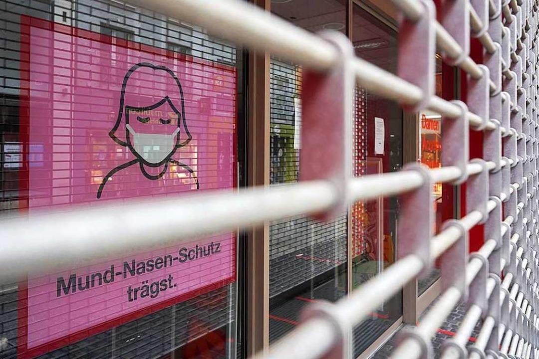 Hinter Gittern: Die meisten Läden blei...hlossen – auch für Maskenträger.  | Foto: Thomas Frey (dpa)