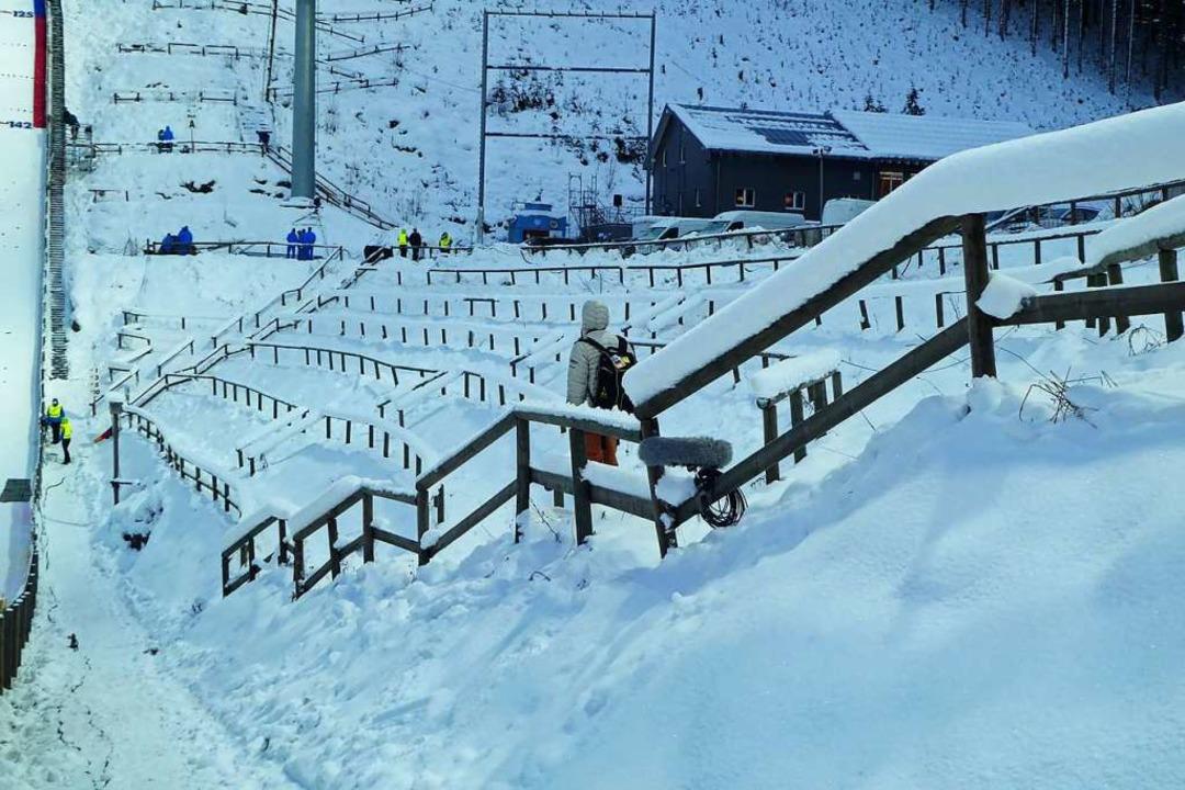 Nur der Schnee macht sich breit: Leere Ränge beim Skisprungweltcup.  | Foto: Peter Stellmach