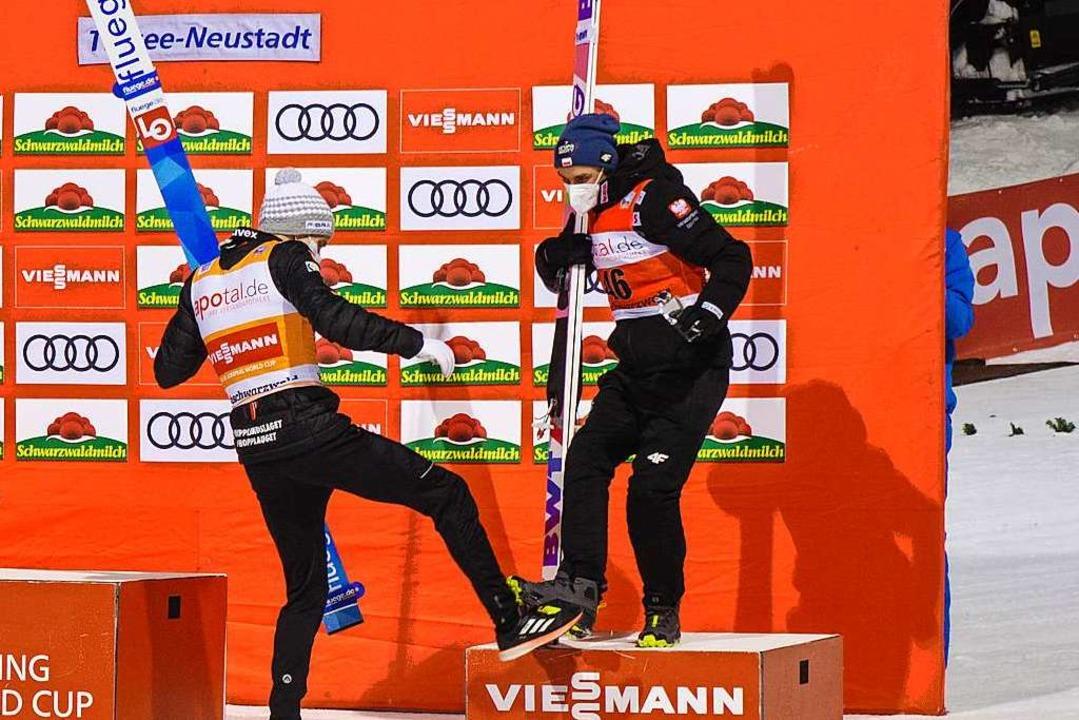 Die Springer Granerud und Zsyla wagen ...ndern gratulieren sich Corona-gerecht.  | Foto: Andre Ivancic