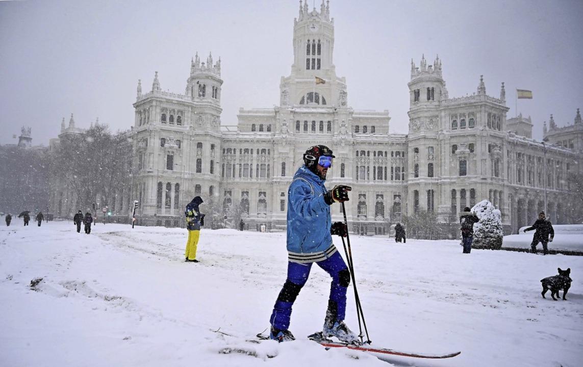 Die Plaza de Cibeles – normalerw...it rege als Wintersportareal genutzt.   | Foto: GABRIEL BOUYS (AFP)