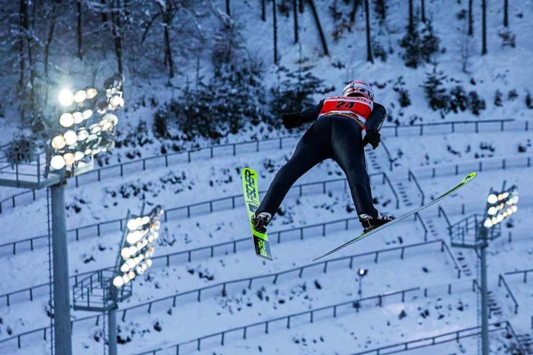 Severin Freund springt in Richtung  menschenleeres Skistadion  | Foto: Philipp von Ditfurth (dpa)