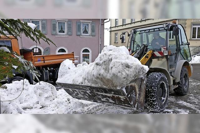 Bauhofmitarbeiter schaffen Schneeberge aus der Innenstadt