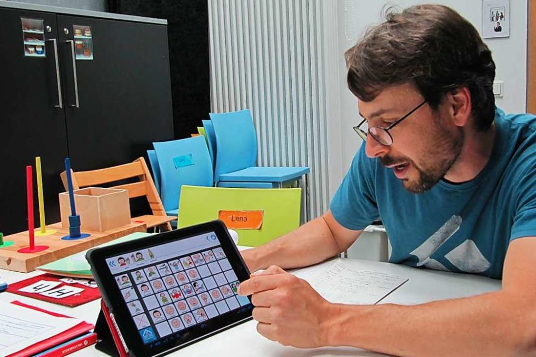 Lehrer Oliver Wacker vom Förderzentrum... sagen kann, was man will und braucht.  | Foto: Susanne Filz