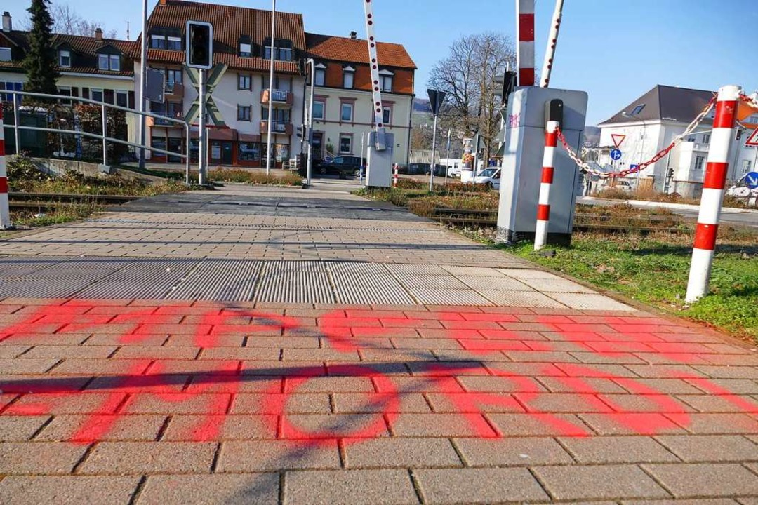 Schriftzug beim Bahnübergang in Lörrach-Stetten  | Foto: Willi Adam