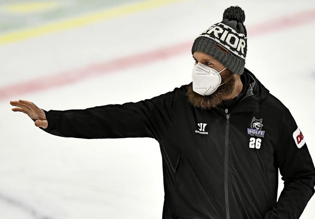 Nicht mehr im Trikot sondern in der al...ningsjacke auf dem Eis: Philip Rießle   | Foto: Achim Keller