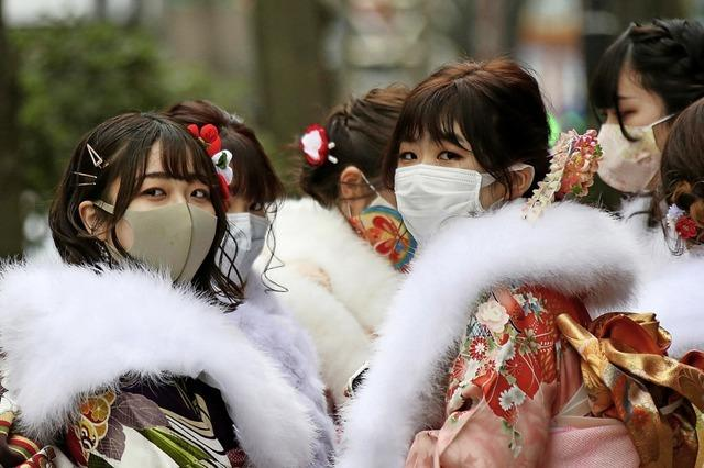 Prachtvolle Kimonos und Hakama-Hosenröcke